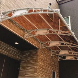 ケノフィックス奥行150cm×横幅360cmブラウンボードグレーブラケット大阪府I様の施工事例後付け庇専門店ひさしっくす