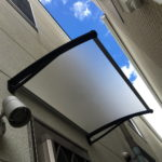 Uモデルのフローズンボードでポリカーボネートの屋根を後付け庇専門店ひさしっくす