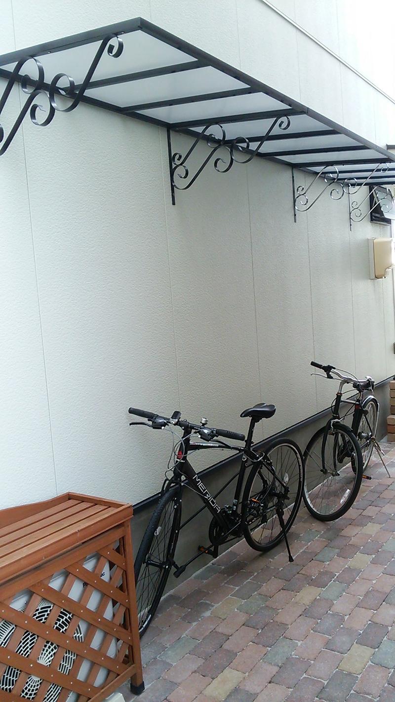 自転車置き場の施工事例ローマモデル120クリア×ブラック連結後付け庇専門店ひさしっくす