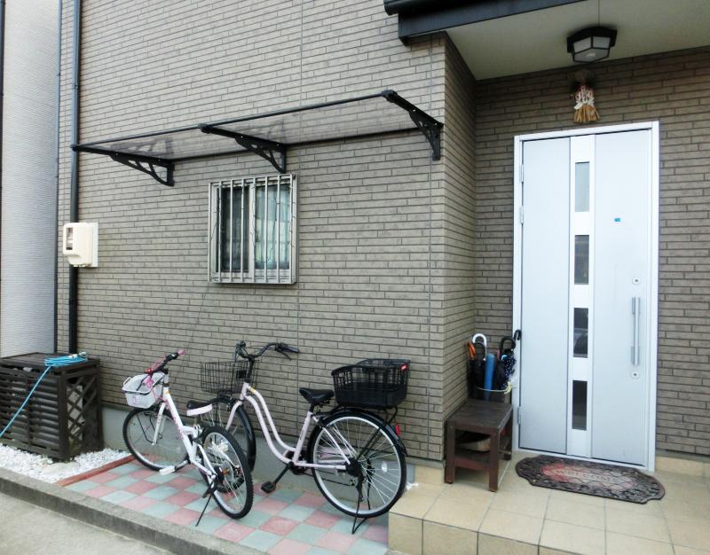 自転車置き場の施工事例MAXモデル120クリア×ブラック連結 後付け庇専門店ひさしっくす